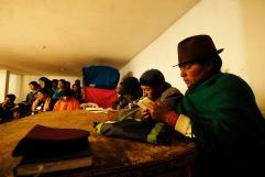 QUITO (17-03-10).- Martha Cholango (d), miembro de la Directiva de la Corporación de Organizaciones Indígenas y Campesinas de Cangahua (Coincca), junto a sus compañeros, durante la administración de Justicia Indígena a Joaquín Aules, acusado de robar 10 borregos, en la Comunidad de Cochapamba, en Cayambe. Alfredo Cárdenas.