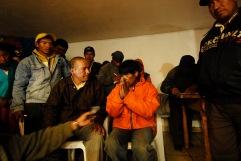 QUITO (17-03-10).- Joaquín Aules (c), acusado de robar 10 borregos, durante un careo con Manuel Vallejo (i), propietario de los borregos, durante la administración de Justicia Indígena en la Comunidad de Cochapamba, en Cayambe. Alfredo Cárdenas.