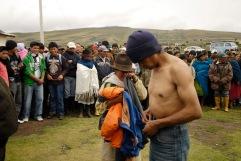 QUITO (17-03-10).- Joaquín Aules (d), acusado de robar 10 borregos, junto a su esposa Mar'a Ramona Toapanta, durante la administración de Justicia Indígena en la Comunidad de Cochapamba, en Cayambe. Alfredo Cárdenas.