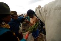 QUITO (17-03-10).- Joaqu'ín Aules (c), acusado de robar 10 borregos, recibe un bañ–o de agua fría y ortiga, durante la administraci—ón de Justicia Ind'ígena en la Comunidad de Cochapamba, en Cayambe. Alfredo Cárdenas.