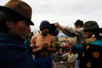 QUITO (17-03-10).- Joaqu'ín Aules (c), acusado de robar 10 borregos, recibe un bañ–o de agua fría y ortiga, durante la administraci—ón de Justicia Ind'ígena en la Comunidad de Cochapamba, en Cayambe. Alfredo Cardenas.