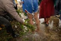 QUITO (17-03-10).- Joaquí'n Aules (c), acusado de robar 10 borregos, recibe un bañ–o de agua fría y ortiga, durante la administraci—ón de Justicia Ind'ígena en la Comunidad de Cochapamba, en Cayambe. Alfredo Cárdenas.