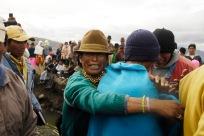 QUITO (17-03-10).- Familiares de Joaquí'n Aules, acusado de robar 10 borregos, intervienen para detener el castigo, durante la administració—n de Justicia Ind'ígena en la Comunidad de Cochapamba, en Cayambe. Alfredo Cárdenas.