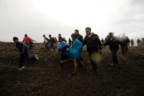 QUITO (17-03-10).- Familiares de Joaqu'ín Aules, acusado de robar 10 borregos, con ayuda de varios policí'as, alejan al acusado del sitio de castigo, durante la administració—n de Justicia Ind'ígena en la Comunidad de Cochapamba, en Cayambe. Alfredo Cárdenas.