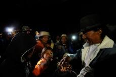MOROCHOS, Imbabura (23-06-2012).- Miguel Flores (d), capit‡án de la fiesta de la Comunidad Morochos, come maíz tostado, durante la celebraci—ón de la fiesta de San Juan, denominada Inti Raymi, en agradecimiento a la cosecha de maíz. Alfredo Cárdenas.