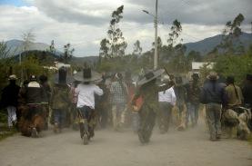 MOROCHOS, Imbabura (23-06-2012).- La Comunidad Morochos, en el Cant—ón Cotacachi, emprende la marcha a la plaza central de Cotacachi, durante la celebraci—ón de la fiesta de San Juan, denominada Inti Raymi, en agradecimiento a la cosecha de maíz. Alfredo Cárdenas.