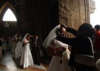 QUITO (14-09-07).- Paola Jama, una de las cincuenta novias, mientras su madre Germania arregla su corona, antes de la celebraci—ón del matrimonio masivo de policí'as, en la Basí'lica del Voto Nacional, en Quito. Alfredo Cárdenas.