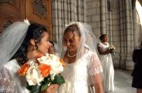 QUITO (14-09-07).- Paola Jama (d) y Mó—nica FŽlix, sonríen antes de la celebració—n del matrimonio masivo de cincuenta parejas de policías, en la Basí'lica del Voto Nacional, en Quito. Alfredo Cárdenas.