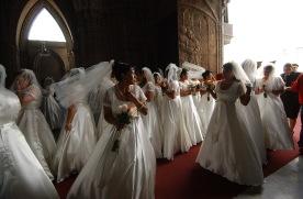 QUITO (14-09-07).- Una vista de varias novias, antes de la celebraci—ón del matrimonio masivo de cincuenta parejas de polic'ías, en la Bas'ílica del Voto Nacional, en Quito. Alfredo Cárdenas.