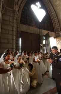 QUITO (14-09-07).- Una vista de varias novias, antes de la celebració—n del matrimonio masivo de cincuenta parejas de polic'ías, en la Basí'lica del Voto Nacional, en Quito. Alfredo Cárdenas.