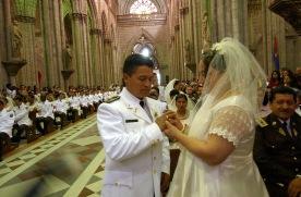 QUITO (14-09-07).- Aida Abad y Luis Calvopi–ña, durante la celebració—n del matrimonio masivo de cincuenta parejas de polic'ías, en la Bas'ílica del Voto Nacional, en Quito. Alfredo Cárdenas.
