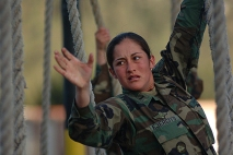 Quito 30 de julio de 2003.- Gabriela Moreno, KDT de cuarto añ–o de la Escuela Militar Eloy Alfaro, durante un entrenamiento militar en la pista de cabos de la ESMIL. Alfredo Cá‡rdenas.
