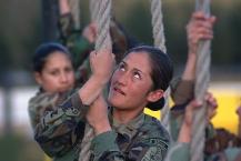 Quito 30 de julio de 2003.- Gabriela Moreno, KDT de cuarto añ–o de la Escuela Militar Eloy Alfaro, durante un entrenamiento militar en la pista de cabos de la ESMIL. Alfredo Cá‡rdenas/ El Universo.