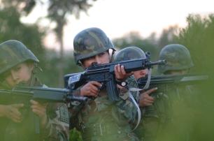 Quito 30 de julio de 2003.- Tamara Gaibor (c), KDT de cuarto añ–o de la Escuela Militar Eloy Alfaro, durante un ejercicio de aproximación, como parte del entrenamiento militar. Alfredo Cá‡rdenas.
