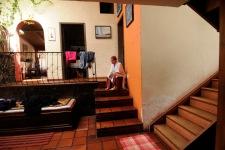 QUITO (17-02-2011).- Susana Reyes, bailarina, core—grafa y maestra de danza, toma unos minutos para descanzar despuŽs de la elaboraci—n del pan, en su casa en Conocoto, esta actividad la realiza todos los viernes. Alfredo Cardenas.