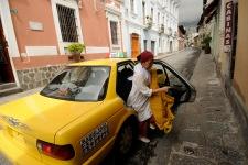 QUITO (17-02-2011).- Susana Reyes, bailarina, core—grafa y maestra de danza, se baja de un taxi frente a la Casa de la Danza, durante una de sus actividades cotidianas. Alfredo Cardenas.