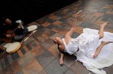 QUITO (12-02-2011).- Susana Reyes, bailarina, core—grafa y maestra de danza, junto a su esposo Moti Deren, durante un ensayo para el Festival Internacional de la Danza, en la Casa de la Danza, en San Marcos. Alfredo Cardenas.