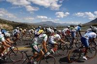 SAN PABLO, IMBABURA (04-08-06).- XXVII Vuelta a la República de de Ciclismo, mientras pasan por la población de San Pablo, al fondo el Lago del mismo nombre. Alfredo Cárdenas.