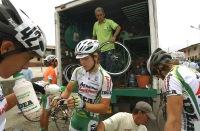 GUARANDA, Bolívar (09-08-06).- El equipo de ciclismo de Colombia, se prepara para reanudar la competencia en el sector denominado Balsapamba, en la séptima etapa Babahoyo-Guaranda, en la XXVII Vuelta a la República de Ciclismo. Alfredo Cárdenas.