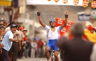 GUARANDA, Bolívar (09-08-06).- Segundo Navarrete cruza la meta en la ciudad de Guaranda, en la séptima etapa, Babahoyo-Guaranda, en la XXVII Vuelta a la República de Ciclismo. Alfredo Cárdenas.