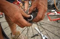 BABAHOYO, Los Rios (08-08-06).- Un mecánico ejecuta un cambio de piñones a una bicicleta de competencia, durante la XXVII Vuelta a la República de ciclismo, en la etapa Naranjal Babahoyo. Alfredo Cárdenas.