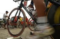 BABAHOYO, Los Rios (08-08-06).- Los ciclistas se preparan en bicicleta estática, antes de iniciar la competencia en la XXVII Vuelta a la República de ciclismo, en la etapa Naranjal Babahoyo. Alfredo Cárdenas.
