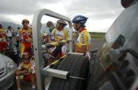 BABAHOYO, Los Rios (08-08-06).- El equipo de ciclismo de Pichincha, aprovecha un espacio para un refrigerio, durante la XXVII Vuelta a la República de ciclismo, en la etapa Naranjal-Babahoyo. Alfredo Cárdenas.