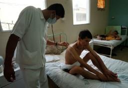 Guayaquil (15 de mayo de 2002).- Un médico examina a un paciente con VIH, en el Hospital de Infectología José Daniel Rodríguez Maridueña de Guayaquil. Alfredo Cárdenas.