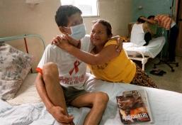 Guayaquil (15 de mayo de 2002).- Un paciente con VIH recibe la visita de su madre en el Hospital de Infectología José Daniel Rodríguez Maridueña de Guayaquil. La mayoría de pacientes con esta enfermedad son abandonados por sus familiares, sin embargo, la madre es la única que los visita. Alfredo Cárdenas.