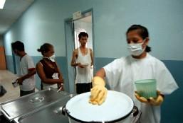 Guayaquil (15 de mayo de 2002).- Personal del hospital se encarga de la alimentación de los paciente con VIH, en el Hospital de Infectología José Daniel Rodríguez Maridueña de Guayaquil. Alfredo Cárdenas.