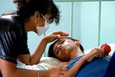 Guayaquil (15 de mayo de 2002).- Una mujer portadora de VIH recibe la visita de su hija por el Día de la Madre, en el Hospital de Infectología José Daniel Rodríguez Maridueña de Guayaquil. Alfredo Cárdenas.