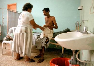 Guayaquil (15 de mayo de 2002).- Un paciente con VIH recibe la visita de su madre en el Hospital de Infectología José Daniel Rodríguez Maridueña de Guayaquil. Alfredo Cárdenas.