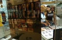 """Lima, Perú (Febrero de 2003).- Dos mujeres seleccionan su diseño en el local de tatuajes de Enrique Patiño, conocido como """"Kike"""", quien tuvo que enfrentar la incomprensión de su familia, principalmente de su madre. Ella pensaba que se tatuaban solo los delincuentes y resentidos sociales, pero venció esa barrera y ahora tiene un negocio próspero en el Centro Comercial Expocentro, en Lima - Perú. Alfredo C‡árdenas."""