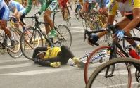 TULCAN, Carchi (02-08-06).- Fabián Quiguango, del equipo de ciclismo de la provincia del Guayas, sufre una caída, durante la XXVII Vuela a la República de ciclismo, en la ciudad norteña de Tulcán. Alfredo Cárdenas.