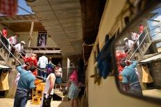 PêLLARO, Tungurahua (05-01-2016).- Las parejas de l'nea realizan los œltimos preparativos para disfrazarse en la casa del prioste, durante la tradicional Diablada de P'llaro, en el cant—n P'llaro de la provincia de Tungurahua. Alfredo Cardenas/ EL UNIVERSO