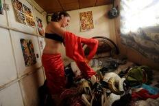PILLARO, Tungurahua-Ecuador (02-01-2012).- Daniela Amores, de 21 a–os, se viste de rojo para participar en la tradicional Diablada de P'llaro, en la Comunidad Guanguibana, en el cant—n P'llaro, en la provincia de Tungurahua, en Ecuador. Alfredo Cardenas/ EL UNIVERSO