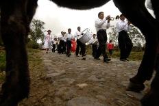 """PILLARO, Tunguragua (05-01-2010).- La banda de pueblo """"San Antonio de Toacazo"""" contratada por la comunidad de Guanguibana, avanza al centro de P'llaro durante la tradicional Diablada de P'llaro, en la provicnia de Tungurahua."""