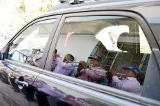 PêLLARO, Tungurahua (05-01-2016).- La Banda 8 de Septiembre reflejada en un auto en la entrada a la ciudad de P'llaro, durante la tradicional Diablada de P'llaro, organizada por la comunidad de Huanguibana, en el cant—n P'llaro de la provincia de Tungurahua. Alfredo Cardenas/ EL UNIVERSO
