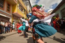 PêLLARO, Tungurahua (05-01-2016).- Diego Carrillo, de 27 a–os, y Nelly Guerra, de 28, participan disfrazados de parejas de l'nea, durante la tradicional Diablada de P'llaro, en el cant—n P'llaro de la provincia de Tungurahua. Alfredo Cardenas/ EL UNIVERSO