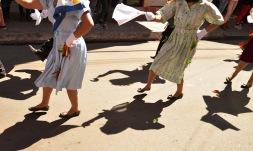 PêLLARO, Tungurahua (05-01-2016).- La intensa luz del sol permite la formaci—n de sombras de las parejas de l'nea en la fiesta de la tradicional Diablada de P'llaro, en el cant—n P'llaro de la provincia de Tungurahua. Alfredo Cardenas/ EL UNIVERSO