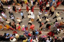 PILLARO, Tungurahua-Ecuador (02-01-2012).- La Banda de pueblo Ocho de Septiembre, rodeada de Guarichas y Diablos, en la tradicional Diablada de P'llaro, en la Comunidad Guanguibana, en el cant—n P'llaro, en la provincia de Tungurahua, en Ecuador. Alfredo Cardenas/ EL UNIVERSO