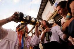 PILLARO, Tungurahua-Ecuador (01-01-2012).- Jefferson Ruiz (i), disfrazado de Guaricha, con una botella gigante, ofrece licor a Lucy Tobo, durante la tradicional fiesta de la Diablada de P'llaro, organizada por la Comunidad de Tunguipamba, en el cant—n P'llaro, provincia de Tungurahua, en Ecuador. Alfredo Cardenas/ EL UNIVERSO