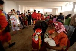PILLARO, Tunguragua (05-01-2010).- Sonia Romero, de 22 a–os, de la comunidad de Tunguipamba, amamanta a su hija Alison Abigail, de 4 meses, durante el descanso. Sonia participa de Pareja de l'nea, durante la tradicional Diablada de Pillaro, en el cant—n P'llaro, en la provincia de Tungurahua.