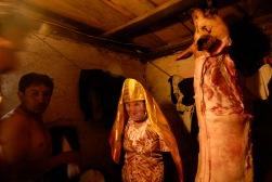 PILLARO, Tunguragua (05-01-2010).- Mar'a Fernanda Chango, de la comunidad de Guanguibana, se prepara para participar de Pareja de l'nea en la tradicional diablada de P'llaro, en el cant—n P'llaro en la provincia de Tungurahua.