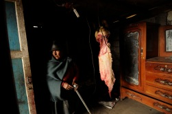 QUITO (01-01-2012).- Zoila Guaman', de 75 a–os, desde muy temprano inicia sus labores para la tradicional fiesta de la Diablada de P'llaro, en la Comunidad de Guanguibana, en el cant—n P'llaro de la provicnia de Tungurahua. Alfredo Cardenas/ EL UNIVERSO