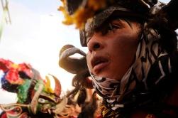PILLARO, Tungurahua-Ecuador (01-01-2012).- Jorge Arias, de 18 a–os, disfrazado de diablo, se levanta la m‡scara, durante la tradicional fiesta de la Diablada de P'llaro, organizada por la Comunidad de Cochal—, en el cant—n P'llaro, provincia de Tungurahua, en Ecuador. Alfredo Cardenas/ EL UNIVERSO