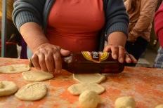 USO EXCLUSIVO DE DOMINGO. QUITO (02-01-2015).- Enmita Moreno prepara pasteles usando una botella de cerveza, durante la tradicional Diablada Pillare–a en la cidad de P'llaro, fiesta que empieza el 1 de enero y se extiende hasta el 6 de enero de cada a–o. Secci—n: Domingo Alfredo Cardenas/ EL UNIVERSO
