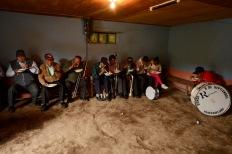 USO EXCLUSIVO DE DOMINGO. QUITO (02-01-2015).- La Banda de Pueblo 8 de Septiembre se alimenta antes de empezar el d'a, durante la tradicional Diablada Pillare–a, fiesta que empieza el 1 de enero y se extiende hasta el 6 de enero de cada a–o. Secci—n: Domingo Alfredo Cardenas/ EL UNIVERSO